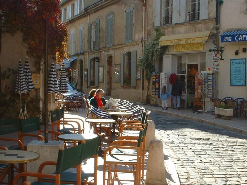 Питер Мэйл в уличном кафе в Провансе