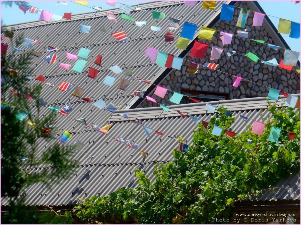 Флажки приветствия на крыше дома. Фото - © Дорис Ершова