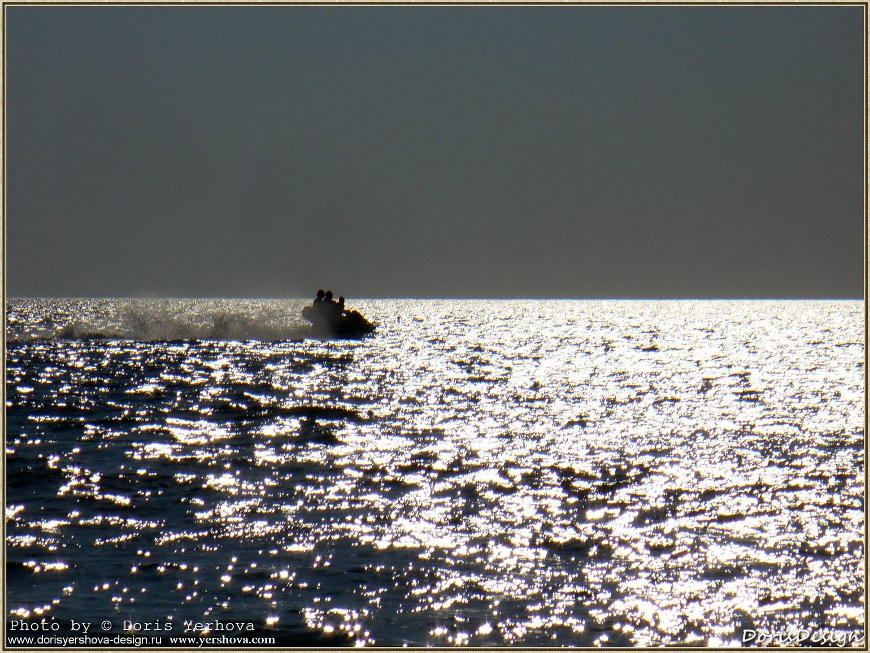 v_bleske. Черное море. Закат. Блестит вода. Катание на водном мотоцикле. Брызги. Блеск волн